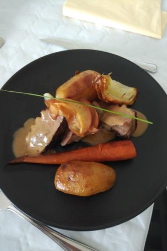 magret de canard au muscat, pomme caramélisé au miel, légumes rôti